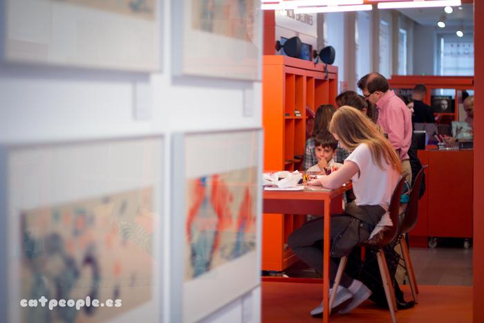 No tan niños dibujando en el museo ABC