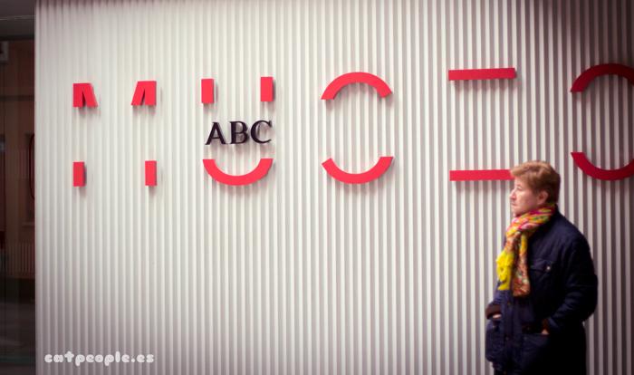 Entrada del Museo ABC y señora muy digna en la entrada