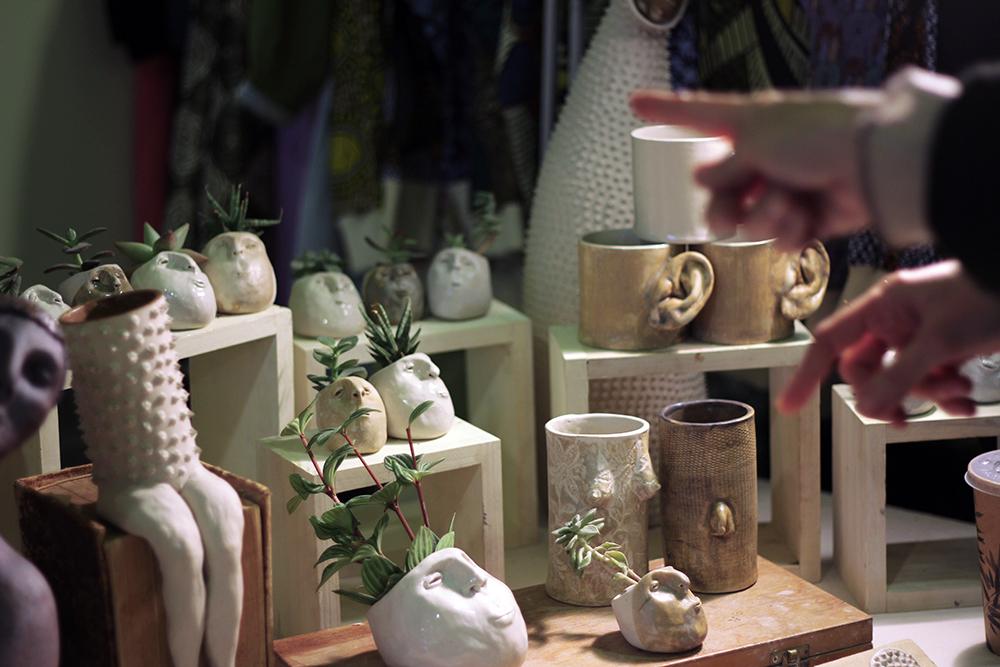 Flor Maqvey Uno Creaciones Cerámica Nómada Market lapiceros con cuerpo humano y varios objetos cerámicos
