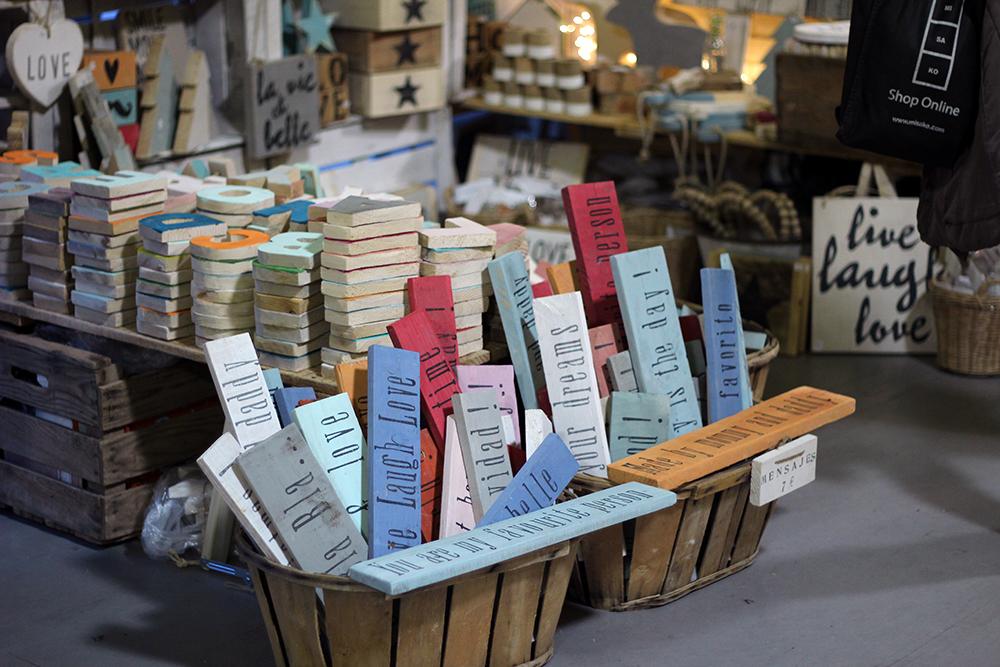 Stand de Lettering y Decoración de madera en el Nómada Market