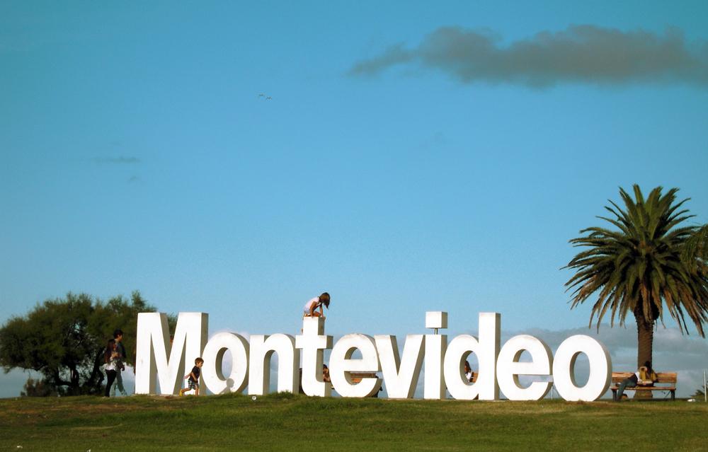 Montevideo letras y niños en las Ramblas