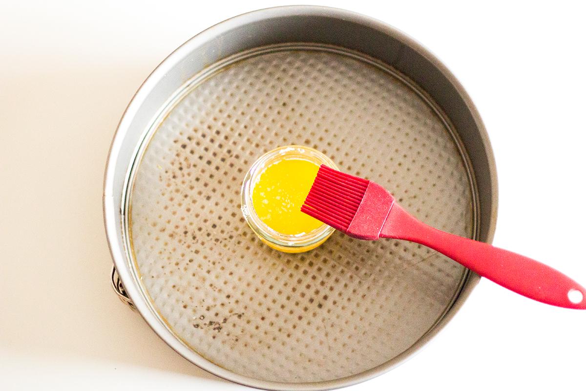 Tarta de manzana, canela y copos de avena - Mantequilla y molde para tarta