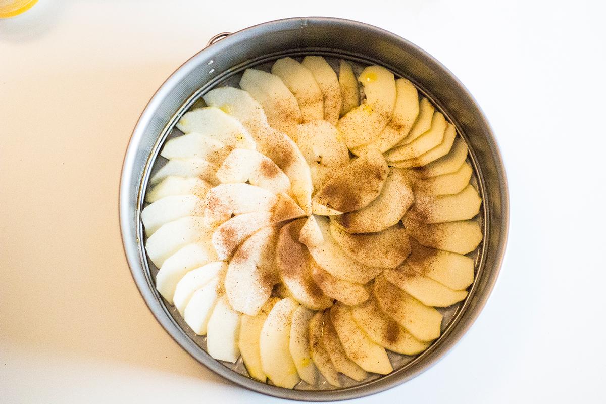 Tarta de manzana, canela y copos de avena - Manzanas Starking en el molde y canela