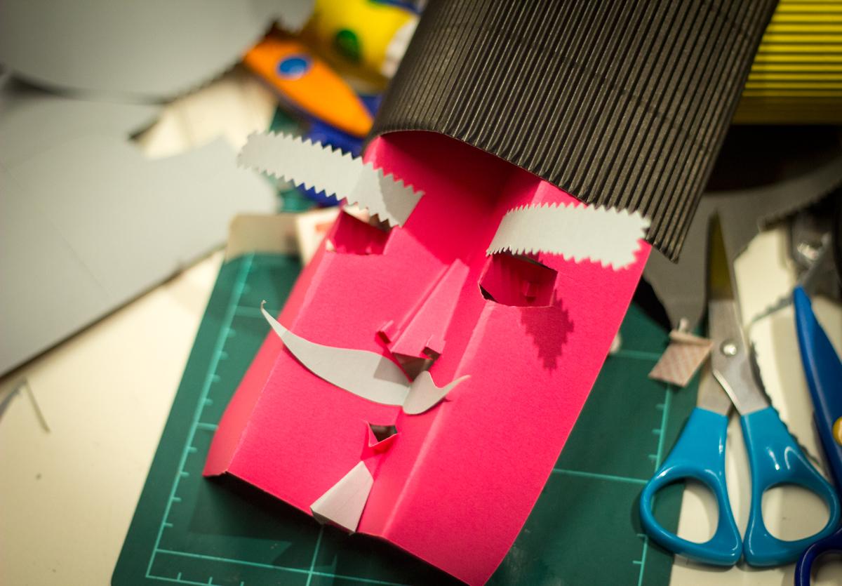 Taller sobre Pop Up Desplegar un Nuevo Mundo en la Biblioteca Nacional - Ana Pez explicando mecanismos del Pop Up - Cara pop up cómo hacer una cara en pop up - Señor Ruso de papel