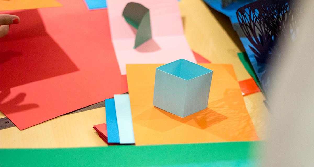 Taller sobre Pop Up Desplegar un Nuevo Mundo en la Biblioteca Nacional - Ana Pez explicando mecanismos del Pop Up - Cara pop up cómo hacer una cara en pop up - pliegues cubo