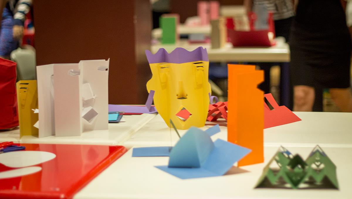 Taller sobre Pop Up Desplegar un Nuevo Mundo en la Biblioteca Nacional - Ana Pez explicando mecanismos del Pop Up - Cara pop up cómo hacer una cara en pop up - rostros