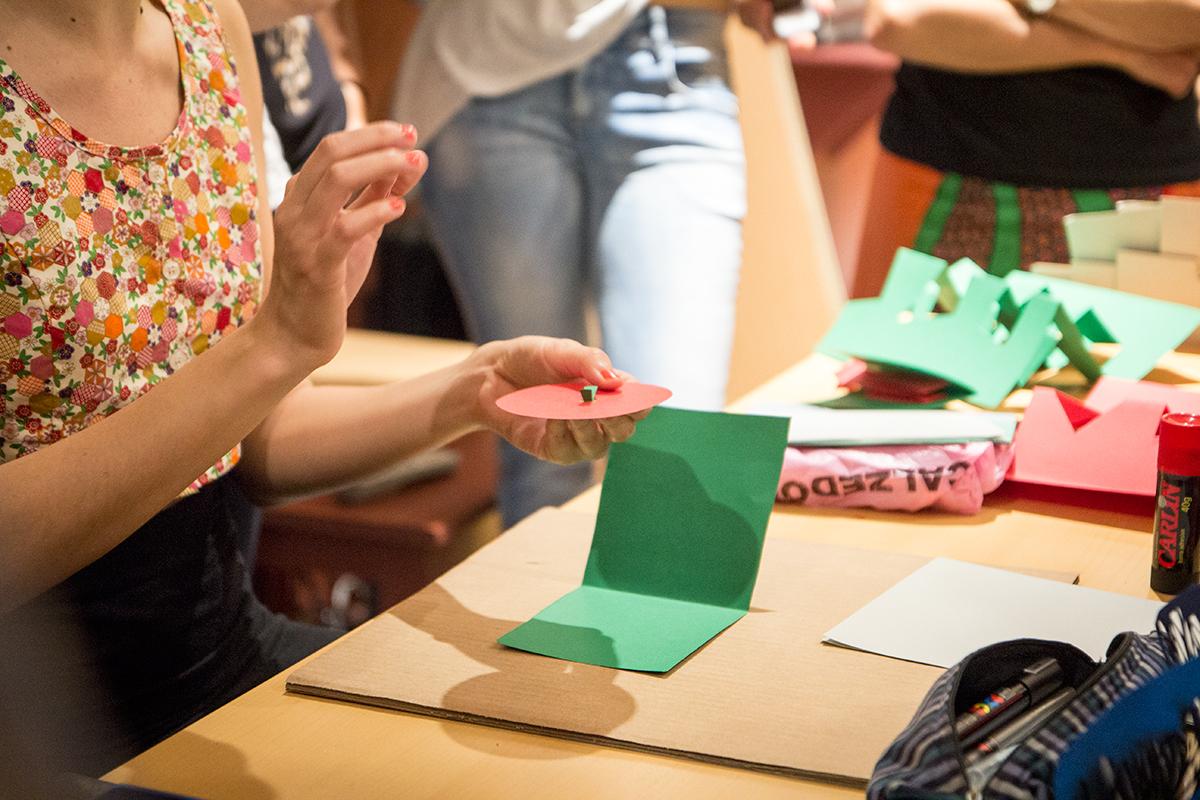 Taller sobre Pop Up Desplegar un Nuevo Mundo en la Biblioteca Nacional - Ana Pez explicando mecanismos del Pop Up - Cara pop up cómo hacer una cara en pop up - cómo hacer una ruleta o rueda
