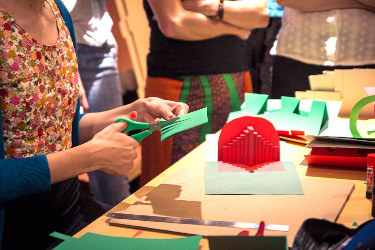 Taller sobre Pop Up Desplegar un Nuevo Mundo en la Biblioteca Nacional - Ana Pez explicando mecanismos del Pop Up - Edificios geométricos Pirámide